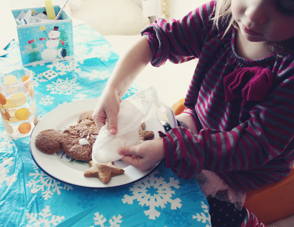 Easy gingerbread icing in a ziploc bag for toddlers